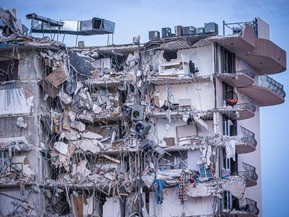 Vista exterior del edificio derrumbado el pasado 24 de junio en la ciudad de Surfside, al norte de Miami Beach, Florida (EE.UU.).