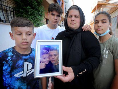 Andrea Hidalgo, pareja de Bilal, sujeta la foto del asesinado, junto a sus tres hijos.