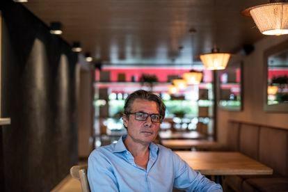 Alejandro Gaviria, rector de la Universidad de Los Andes y autor de 'Otro fin del mundo es posible', en un café de Bogotá.