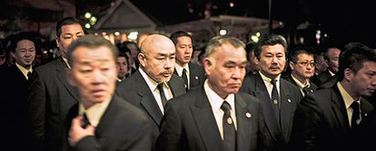Ritos y tradición. Jefes de todas las familias durante el funeral por uno de los grandes 'padrinos' de Tokio.
