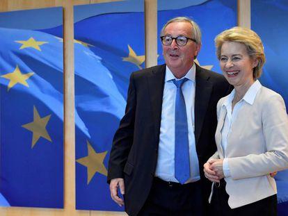 El presidente saliente de la Comisión Europea, Jean-Claude Juncker, recibe en Bruselas el 23 de julio a su sucesora, Ursula von der Leyen (JOHN THYS / AFP)
