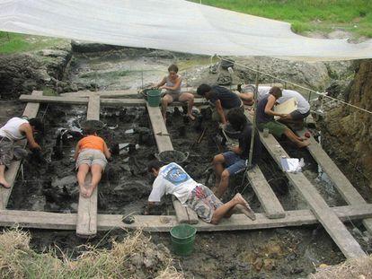 Excavaciones en el yacimiento neolítico de La Draga en Banyoles (Girona).