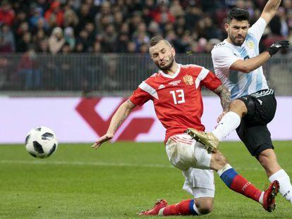 Agüero remata ante en el Rusia-Argentina.