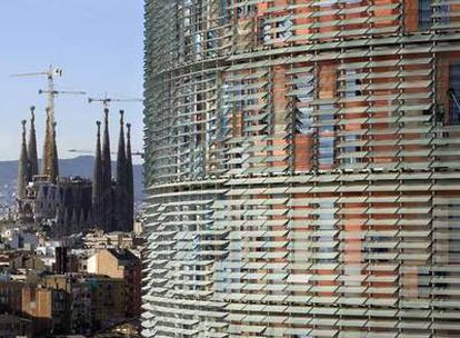 Sede de Aguas de Barcelona (torre Agbar) con la Sagrada Familia al fondo.