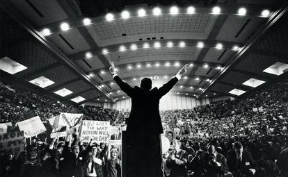 Richard Nixon, durante un acto de campaña en 1968. Sus asesores fueron pioneros en el uso de 'focus groups'.