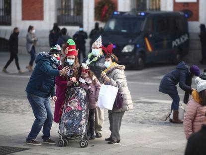 Una familia se hace una foto este miércoles en la Puerta del Sol, en Madrid.