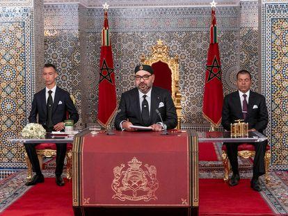 [AUTFOTO]El rey Mohamed VI, flanqueado por su hermano Moulay Rachid (a la derecha) y el príncipe heredero, Moulay Hassan, en julio de 2019 en Tetuán.