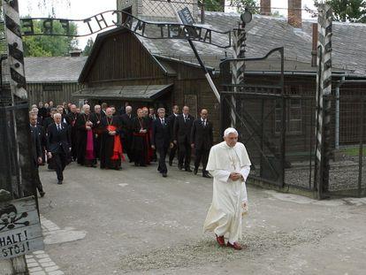 Benedicto XVI visita el campo de concentración de Auschwitz, el 28 de mayo de 2006.