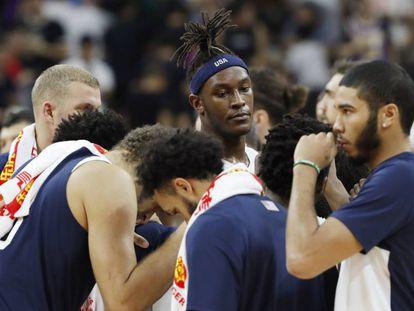 Los jugadores estadounidenses, tras la derrota ante Serbia.