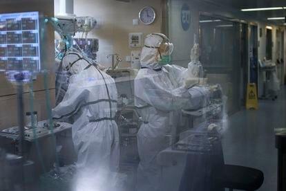 Dos sanitarios trabajan en el interior de una UCI del hospital Vall d'Hebron de Barcelona.