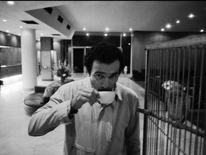 Un periodista junto al loro del hotel en 1984.