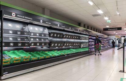 Baldas vacías en un supermercado del centro de Madrid, este lunes.