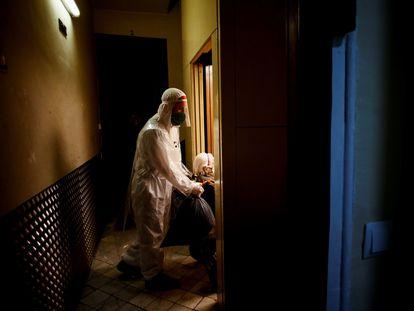 Voluntarios de la ONG Pro-Activa Open Arms trasladan a personas mayores de una residencia del centro de Barcelona a hospitales de la ciudad, el pasado mes de marzo.