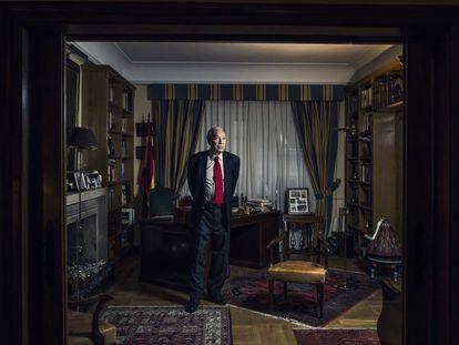 El exministro de Asuntos Exteriores José Manuel García Margallo, en el despacho de su casa el pasado viernes. En vídeo, las principales declaraciones de la entrevista.