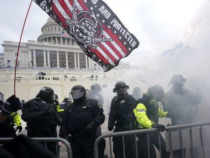 Policías del Capitolio intentan contener a una turba seguidora de Donald Trump, el pasado 6 de enero.