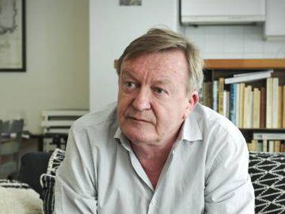 El escritor francés Jean Echenoz, en su casa de París en 2018.