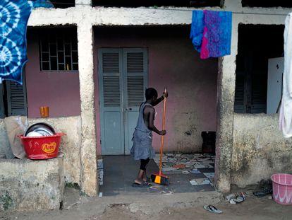 Una niña barre los soportales de su casa en el barrio de Ouakam, en Dakar, Senegal, el 23 de octubre de 2020.