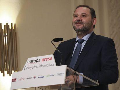 El ministro de Fomento, José Luis Ábalos, este lunes en un desayuno informativo en Madrid.