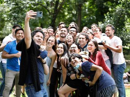 El director de orquesta venezolano Gustavo Dudamel se toma una fotografía con los jóvenes músicos de la Orquesta del Encuentro, en el parque del Retiro el pasado 23 de junio, después de la visita al Museo del Prado y al centro de Madrid.