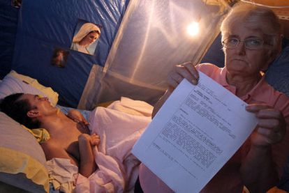 Juana Ortega, en su caseta en Jacinto Benavente, muestra la citación del Supremo para revisar el caso de su hijo en coma.