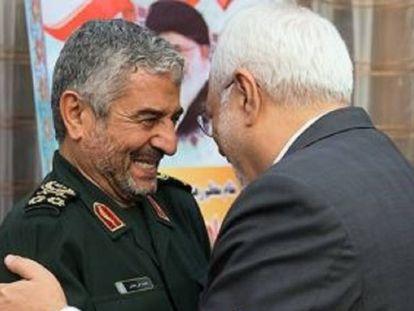 El ministro iraní de Exteriores, abrazando al general Mohammad Ali Jafari, jefe de los Guardianes de la Revolución (Pasdarán), esta semana.