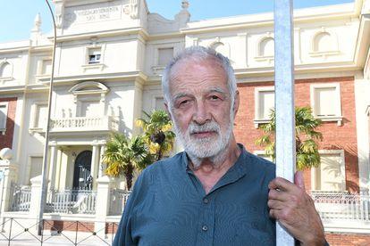 Luis González, de espaldas al colegio marista San José de León, donde sufrió abusos de un hermano marista.