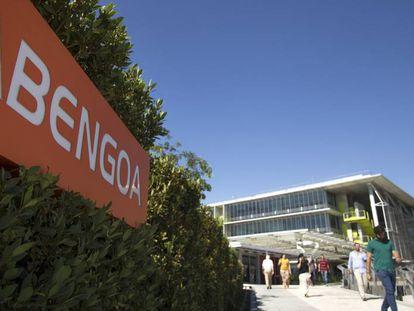Empleados de Abengoa, salen y acceden a la sede central de la empresa ubicada en Palmas Altas, Sevilla.