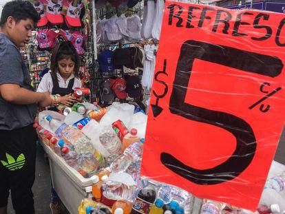 Bebidas azucaradas a la venta en un mercadillo de Ciudad de México.