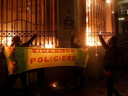 Oficinas del Banco de Francia incendiadas ayer durante la marcha contra la nueva ley de seguridad nacional en París.