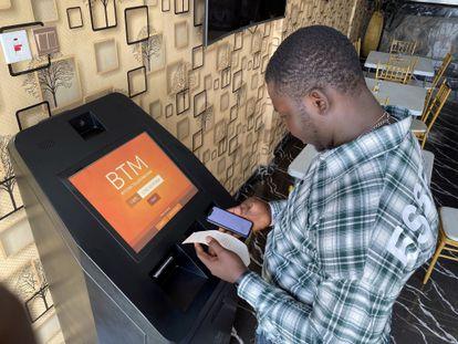 Un hombre opera con bitcoins en una máquina electrónica en Lagos, Nigeria.