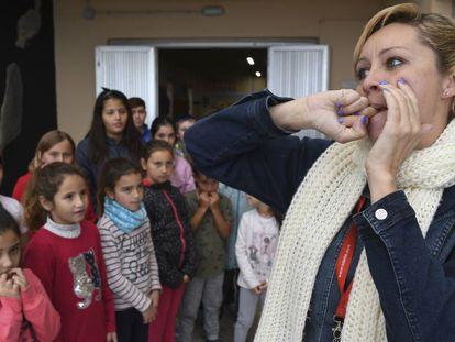 Haridian Betancort da una clase de silbo gomero en un colegio de La Matanza de Acentejo (Tenerife).