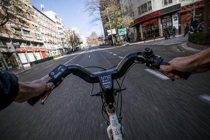 Un ciclista circula por el centro de Madrid.