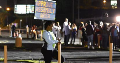 Manifestantes en Ferguson, anoche, toman un descanso.