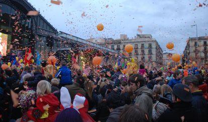 Decenas de globos y confeti de color naranja lanzados durante la Taronjada de Barcelona celebrada delante del Born.