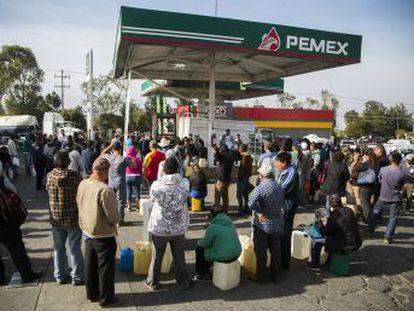 El cierre de tuberías para evitar ordeñas ilegales deja sin combustible a cientos de gasolineras en siete Estados y la capital
