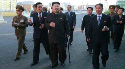 Fotografía cedida por el periódico 'Rodong Sinmun' que muestra a Kim Jong-un caminando apoyado en un bastón.