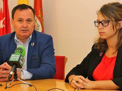 El alcalde de Coslada, Ángel Viveros, junto a la concejal de Recursos Humanos, Macarena Orosa, tras el pleno.