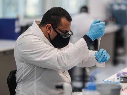 Trabajadores del laboratorio mAbxience, en Argentina, elegido por AstraZeneca para la producción en Latinoamérica de la vacuna contra la covid-19.
