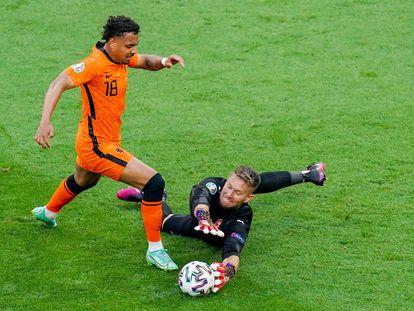 Vaclik le roba el balón al holandés Malen en la jugada clave del choque de octavos ganado por la República Checa.