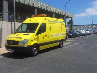 Ambulancia frente al hospital doctor José Molina Orosa.