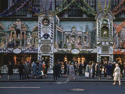 Hordas de compradores se dirigen al establecimiento neoyorquino Saks Fith Avenue en una imagen tomada en la Navidad de 1960.