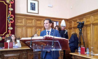 Mario Simón, candidato de Ciudadanos, jura su cargo como alcalde de Palencia.