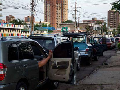 Las largas filas en Venezuela para abastecerse de combustible, en imágenes