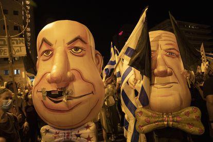 Manifestación anticorrupción con máscaras de Netanyahu, el sábado en Jerusalén.