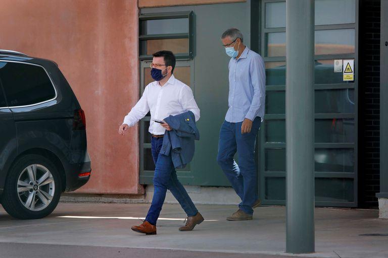 El vicepresidente del Govern, Pere Aragonés (i), saliendo de la prisión de Lledoners tras visitar Oriol Junqueras, este viernes.