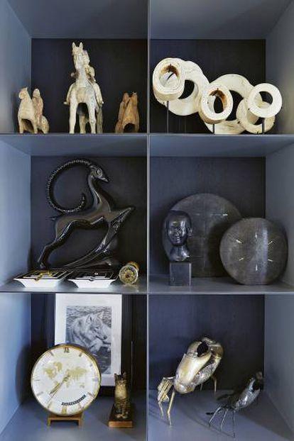 Una estantería del salón principal con regalos y otros objetos adquiridos por el diseñador en diferentes mercados en sus múltiples viajes alrededor del mundo. El cangrejo es un elemento recurrente en las colecciones de Armani y también en su propia casa: su signo del zodíaco es cáncer.