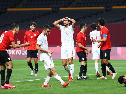 Al-Shenawi retiente el balón tras un cabezazo de Mir, en presencia de Pedri.