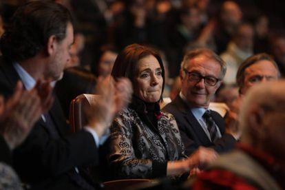 Isabel Azcárate, en el homenaje a su marido, Eduardo Arroyo, entre Miguel Zugaza, director del Museo Bellas Artes de Bilbao, y José Guirao, ministro de Cultura y Deporte.