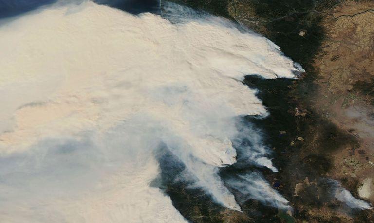 El humo de los incendios de Oregón, en una imagen de NASA distribuida este domingo.