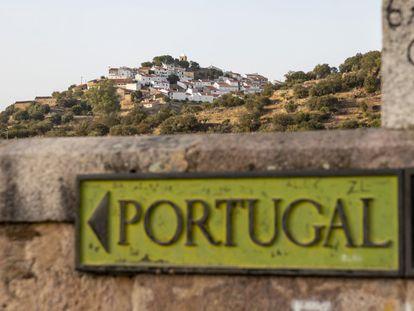 El pueblo de Segura (Portugal) visto desde el puente romano sobre el río Erjas que marca la frontera con España.